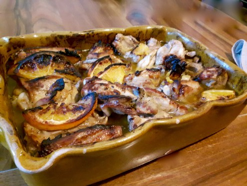 Miam Miam. Le poulet qui a cuit tout doucement au four avec ses agrumes...