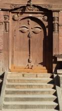 Porte sculptée dans la cour