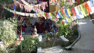Célébration en cours, dans un temple en contrebas du chemin