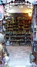 Stand d'un vendeur de statuettes et bibelots