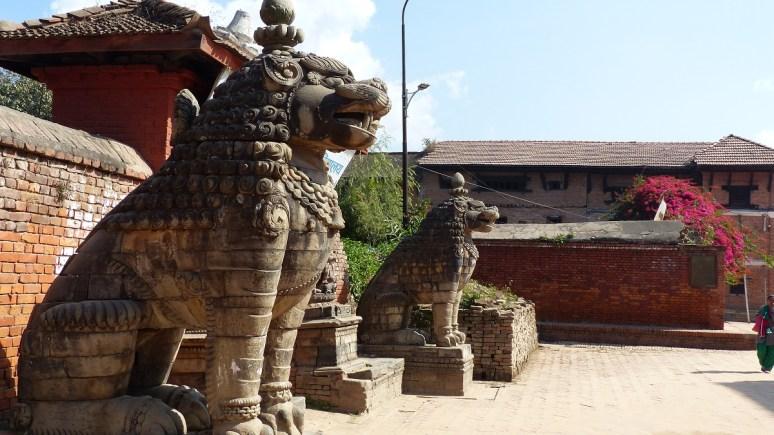 Les lions gardent l'entrée d'une cour, détruite par le séisme de 1934