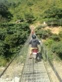 Une moto sur le pont suspendu...