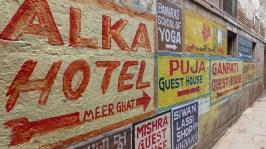 Pour se retrouver dans le labyrinthe de ruelles des Ghats du nord, les hôtels s'affichent sur les murs