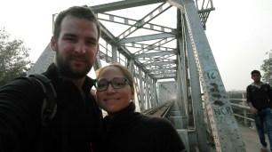 Nous passons par le chemin de maintenance d'un pont ferroviaire pour traverser la Yamuna