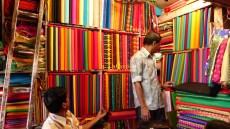 Les femmes achètent le tissu pour leur prochain saree