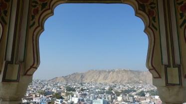 Au loin, le fort de Nahargarh