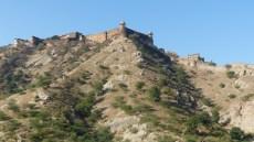 Au dessus du fort, se dresse l'imprenable citadelle de Jaigarh