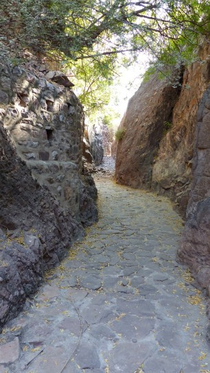Le canal, taillé dans la lave, dispense une ombre bienfaisante