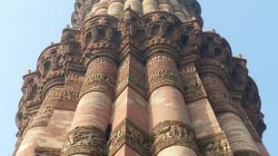 La tour est décorée de bandeaux reprenant les versets du Coran