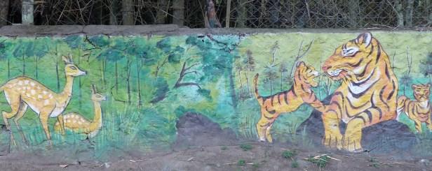 Sur le chemin de la réserve, des messages de protection de l'environnement sont dispensés sous forme de dessins