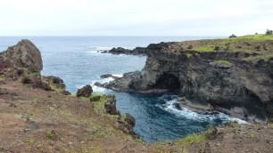 Une multitude de petites grottes, accessibles en bateau, doivent comporter des éléments archéologiques