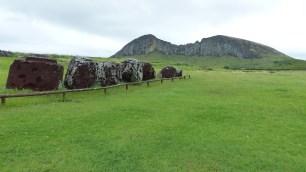 Les Pukao n'ont pas été replacés sur les têtes; au loin, le volcan Rano Raraku