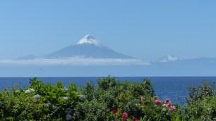 De gauche à droite: le sommet pointu du Puntiagudo, le cône parfait de l'Osorno et le pic enneigé du Tronador