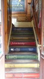 L'escalier du libro-bar, un lieu où les livres sont en libre-accès (mais pas les conso!)