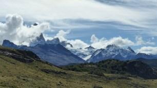 A gauche, le Cerro Fitz Roy (3405m) reste caché dans les nuages. A droite, le Cerro Electrico (2257m)