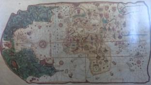 Les expositions du Cabildo retracent l'histoire de la ville - ici, une carte du monde tel que perçu au XVIè siècle