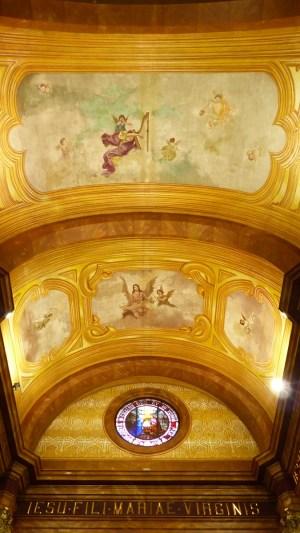 Le plafond richement décoré de l'ancienne paroisse du Paseo del Buen Pastor