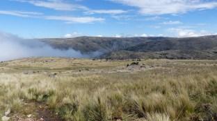 Les nuages commencent à remonter à travers le canyon