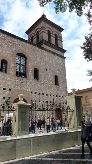L'extérieur de l'église est assez austère...