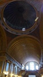 Le plafond et la coupole, tout en bois, sont sublimes