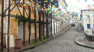 Les drapeaux de couleur viennent rappeler que la ville n'est pas déserte: ouf!