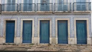 Jolie restauration du bâtiment dans les tons bleu