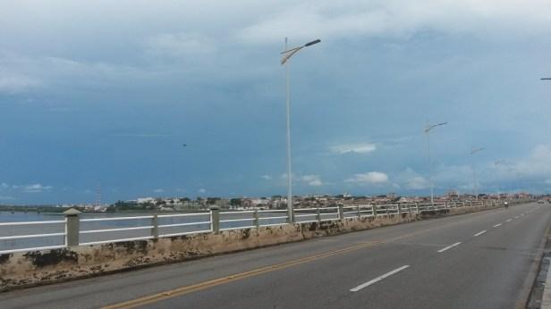 Non, le ciel n'est pas bleu! C'est un gros nuage d'orage qui arrive!