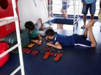 Les enfants sont débrouillards: des sandales font un parking à voitures