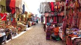 Les échoppes colorées du marché de Pisac