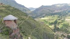 La colline est entourée de vestiges
