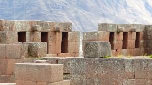 Les formes cylindriques servaient à accrocher guirlandes et offrandes lors des rituels