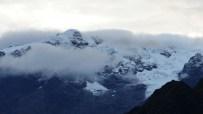 Les sommets enneigés sont dans les nuages...