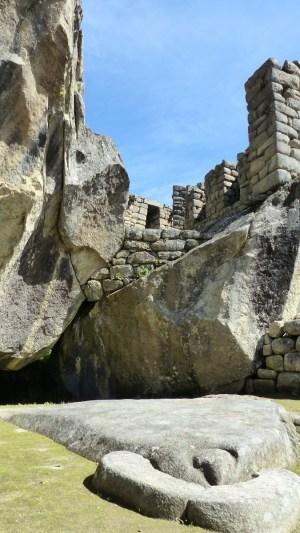 Le temple du condor: au sol, la tête est gravée; les deux énormes roches sont les ailes