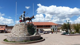 La petite place centrale de Maras: le monument évoque Salinas d'un côté et Moray de l'autre