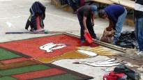 Ces fresques semblent être faites de poudres et de pétales colorés