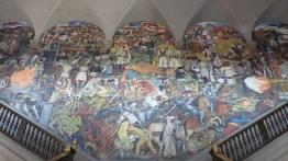 La fresque de l'escalier principal, réalisée par Diego Rivera, retrace l'histoire du pays