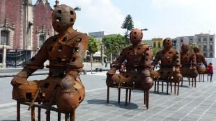 Sculpture à côté de la cathédrale