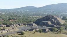 On voit bien la place devant la pyramide de la Lune et l'arrangement symétrique des bâtiments qui l'entourent