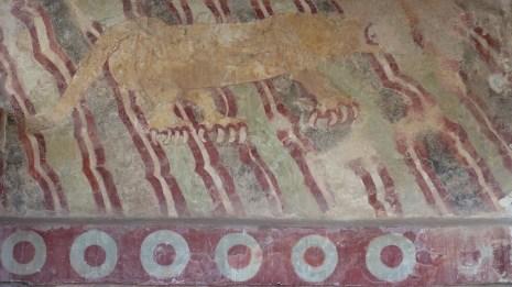 Un mur a conservé une peinture, représentant un puma