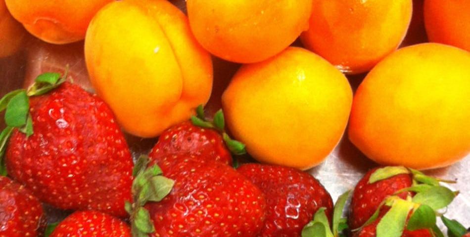 Les fruits de saison, abricot et fraise, pleins de vitamines pour une belle peau