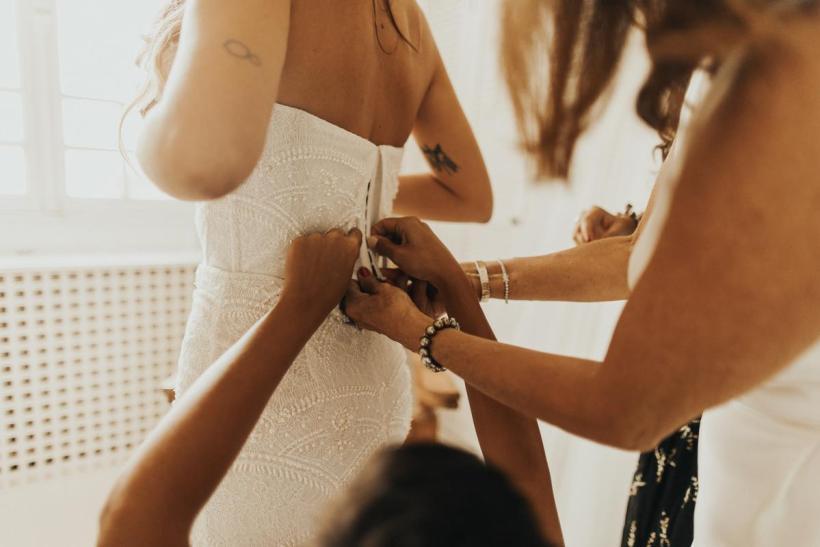 Une mariée enfile sa robe