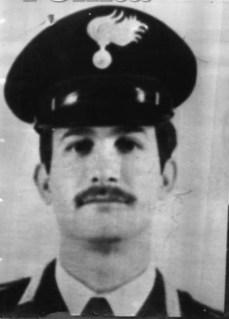 Le Maréchal Mario Trapassi était né à Palerme le 8 décembre 1950. Entré à l'âge de vingt ans chez les carabiniers, il bénéficiait d'une solide expérience acquise en travaillant à Rome aux côtés du célèbre Général Dalla Chiesa. Mario Trapassi avait toujours montré un sens élevé du devoir, notamment dans la lutte antiterroriste contre les Brigades rouges.