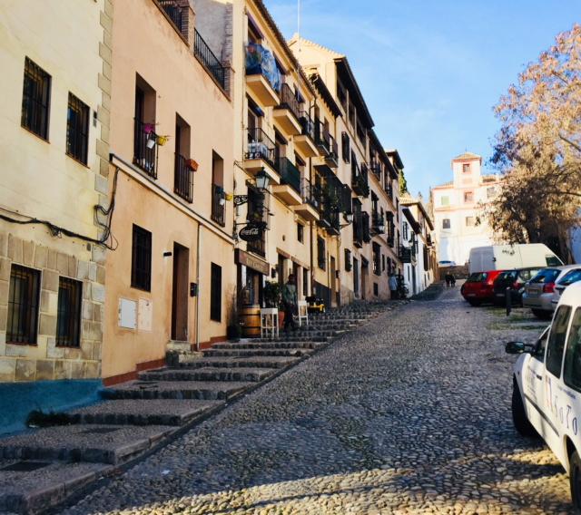 ruelle en espagne près de l'alhambra, grenade jolie ville espagnole