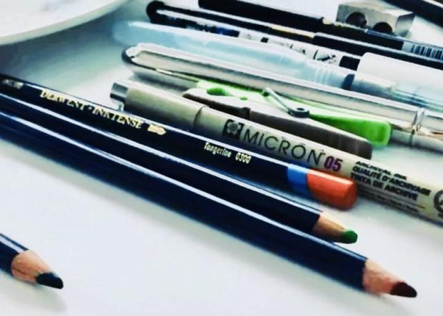 crayons de couleur pour dessiner et des stylos - matériel de dessin