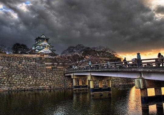 Vue sur le château d'Osaka par Liam Joy.