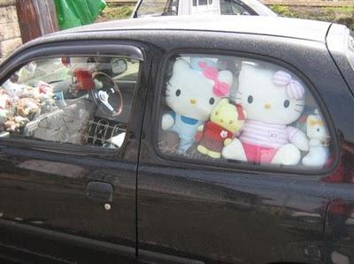 Hello Kitty dans la voiture.