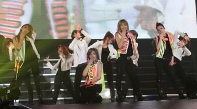 2ne1 sur scène à Yokohama.