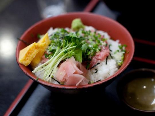 Délice de thon & omelette sur riz, par Tom censani