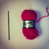 J'ai acheté un crochet et une pelote rose fluo