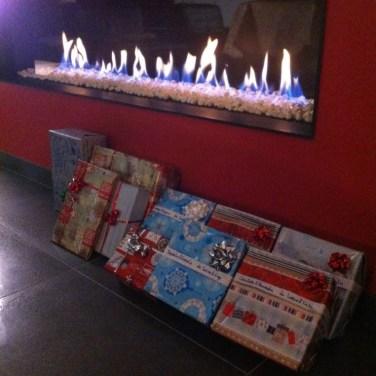 Les cadeaux au pied de la cheminée
